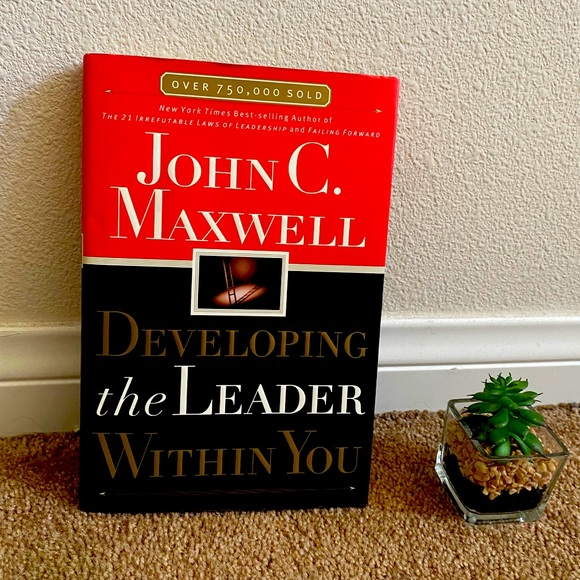 3/$15 JOHN MAXWELL - DEVELOPING THE LEADER IN YOU